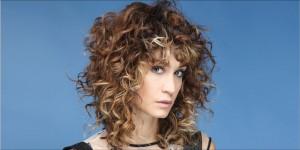 Foto tagli capelli ricci con frangia